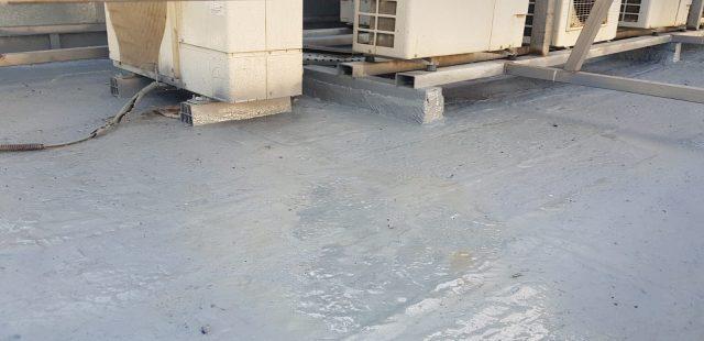 Detalle de impermeabilizado bajo equipos de climatización.