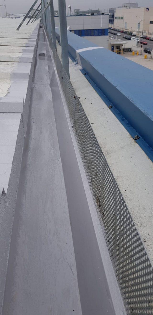 Canalones y encuentro con panel sánwich reparados con STM