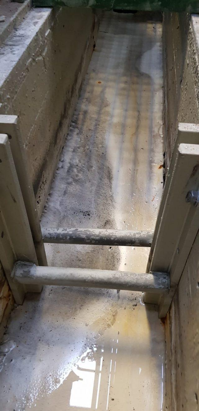 Canaleta deteriorada por acción química.