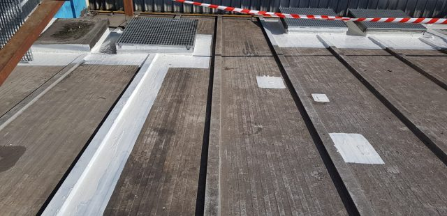Fabricación de bandas en otras zonas de cubierta deterioradas para impermeabilizar
